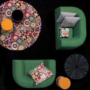 mesa que combina con los almohadones coloridos