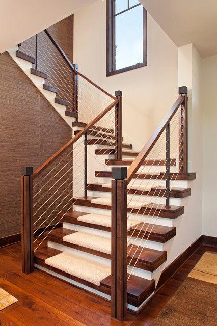 escalera con alfombra