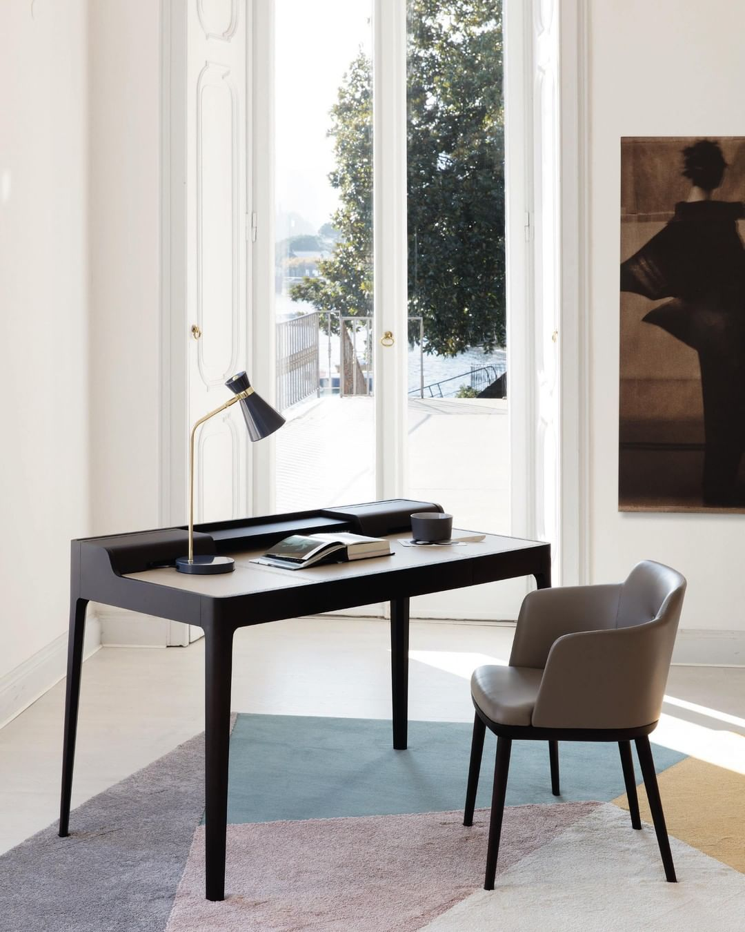 oficina con silla cómoda